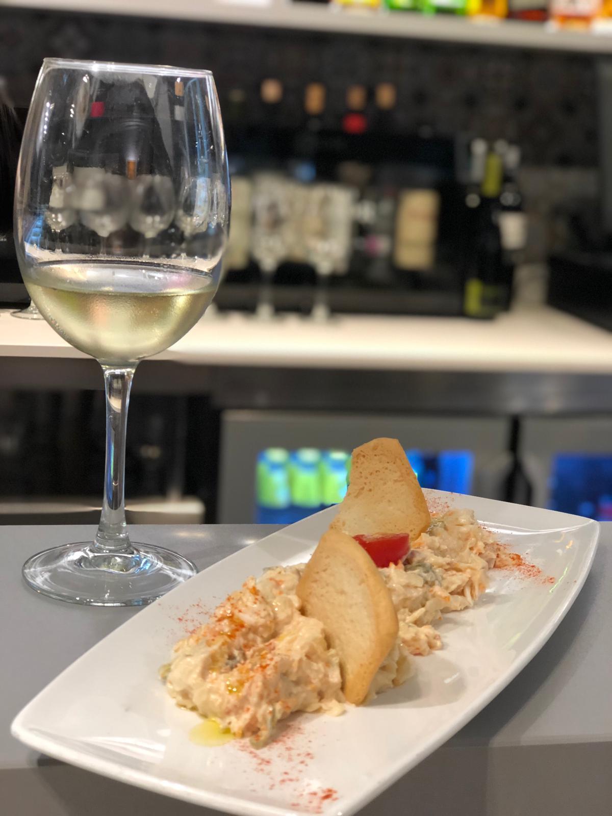 Ensaladilla Rusa Nou Gurmet y copa de vino